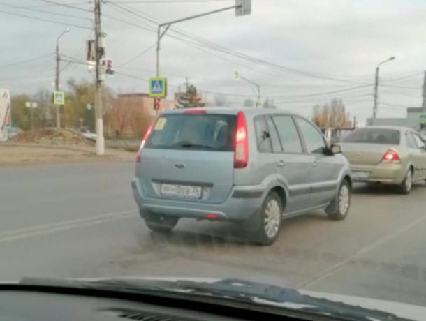 В Волжском водитель-новичок решил прокатиться с заклеенными номерами