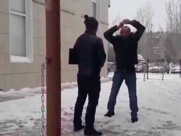 Орущий мужчина под наркотиками изгонял из себя демонов в Волжском