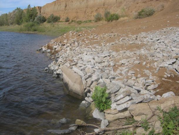 Незаконный сток с зеленой химией в Ахтубу тщательно спрятали под слоем грунта и гальки под Волжским