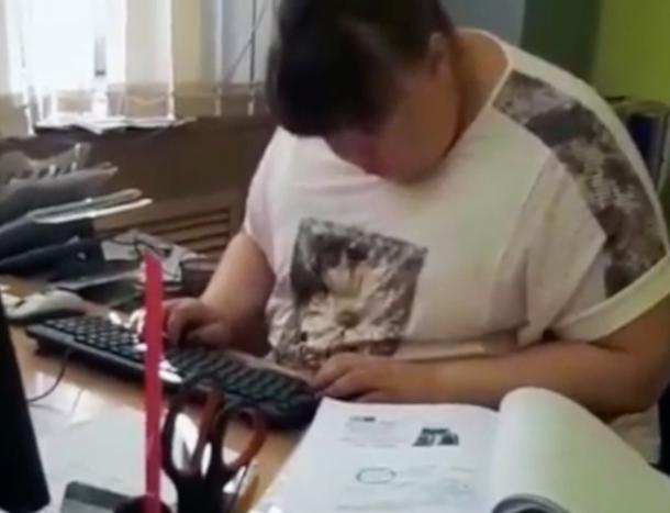 Сотрудница Волжского всхрапнула за рабочим столом