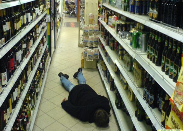 В Волжском мужчина дегустировал водку в алкомаркете