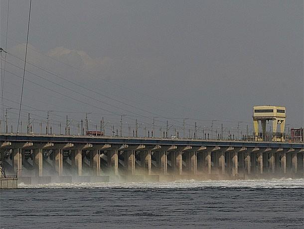 Волжская ГЭС продолжает сбрасывать воду