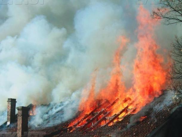 Огненная стихия захватила частный дом под Волжским