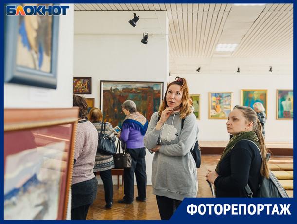 В Волжском открылась выставка живописи из частной коллекции