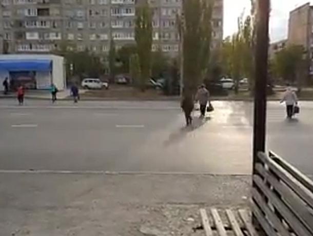 Поведение беспардонных пешеходов на оживленном перекрестке попало на видео в Волжском