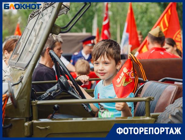 Ретро-автомобили в продолжении «Бессмертного полка» - яркие моменты праздника