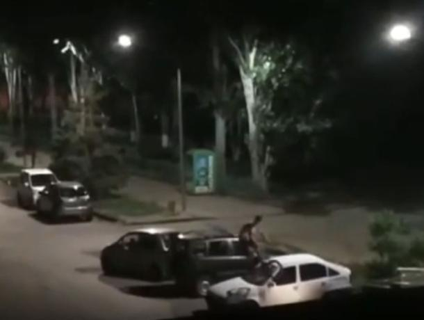 Вандал на велосипеде прыгал ночью по автомобилю в Волжском