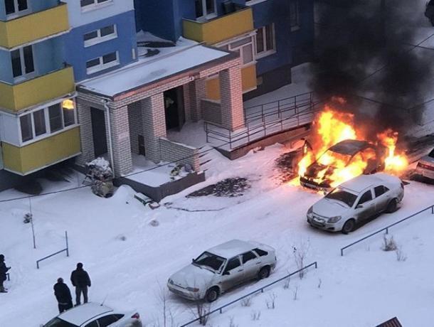 В Волжском рано утром по неизвестной причине загорелся Renault Logan