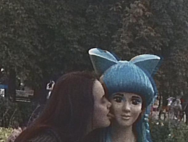Волжанка облизала голубоволосую Мальвину в парке