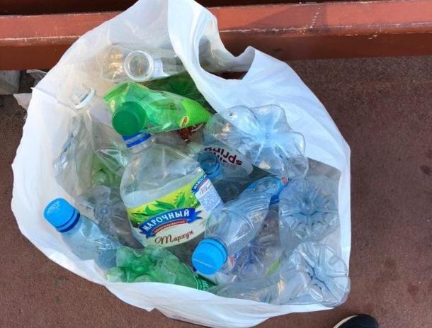 Детям приходится делить спортивную площадку с мешками мусора