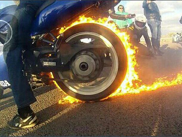 Экстремальными покатушками на одном колесе и сжиганием резины закрыли мотосезон байкеры Волжского