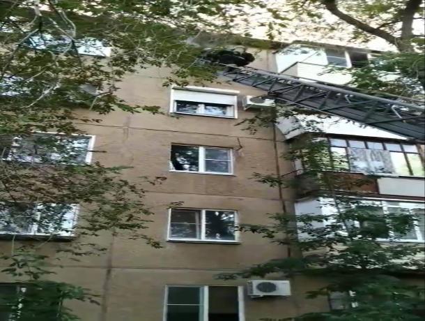 В Волжском сгорела квартира на пятом этаже, вещи и строительный мусор
