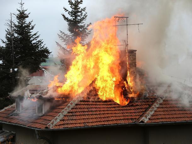 Большую крышу пришлось тушить пожарным в Быковском районе
