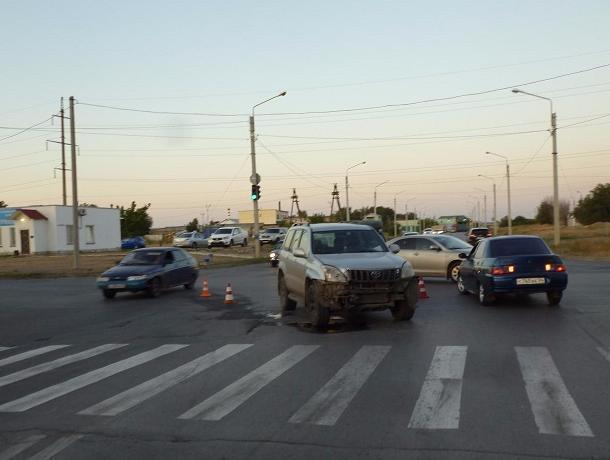 Водитель в возрасте покалечил 18-летнего парня, проскочив на красный свет в Волжском