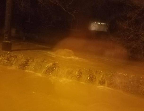 Волжане стали свидетелями фонтана мутной воды из земли