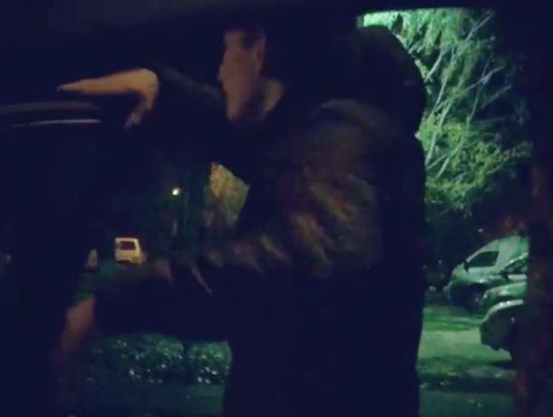 «Бродяга» устроил танцы у двигающегося автомобиля в Волжском