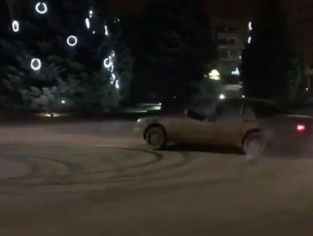 Обезбашенный водитель устроил турнир по дрифту на оживленной дороге в центре Волжского
