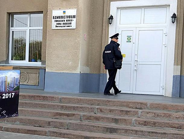 Перед планеркой мэра пикетирующую дольщицу у волжской администрации попросили удалиться