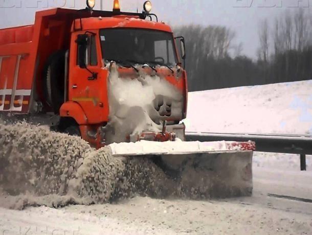 Снег и наледь на тротуарах продолжили убирать в Волжском