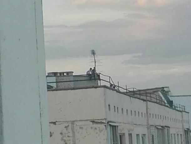 Подростки бегают по крыше, играя со смертью в Волжском