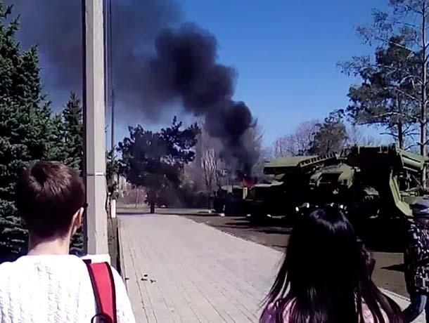 В центре Волжского загорелась военная техника