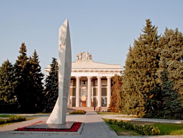 В 1960-х годах дискотеки в ДК «ВГС» Волжского проводились сразу на трех этажах