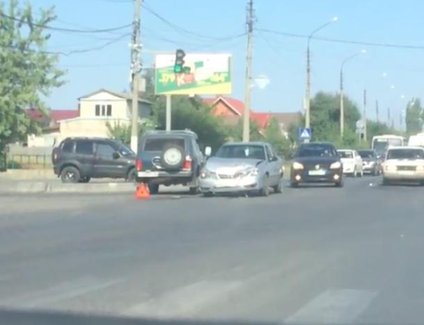 На оживленном перекрестке столкнулись две машины в Волжском