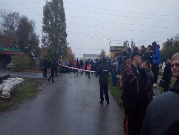 Люди окружили место оцепления, куда привезли Масленникова в Волжском