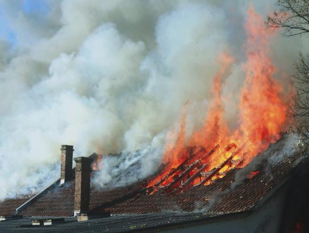 Огонь охватил крышу в частном доме в Волжском