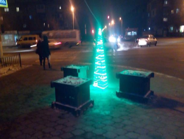 Елку-инопланетянку приметили на улицах Волжского
