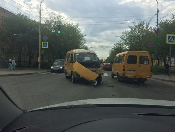 В Волжском на перекрестке столкнулись маршрутка №3 и «легковушка»