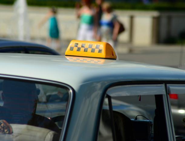 Доверчивый таксист оплатил клиенту сотовую связь на восемь тысяч рублей в Волжском