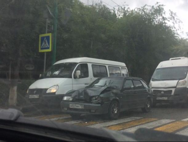 Три автомобиля «поцеловались» в центре города в Волжском