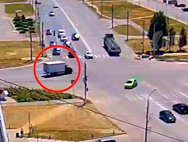 Легковушка врезалась в грузовик на перекрестке в Волжском