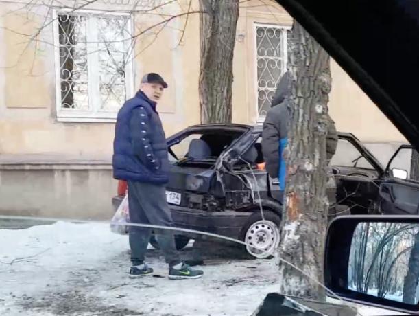 Покореженный в ДТП автомобиль сняли на видео волжане
