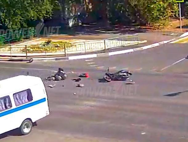 От мощного столкновения со скутериста слетел шлем