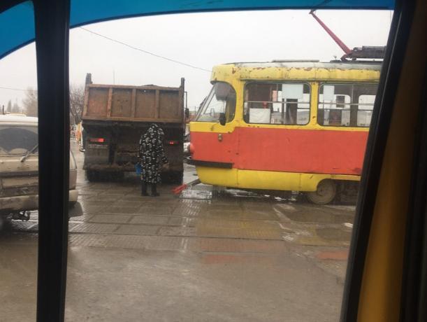 КАМаз и трамвай не поделили дорогу в Волжском