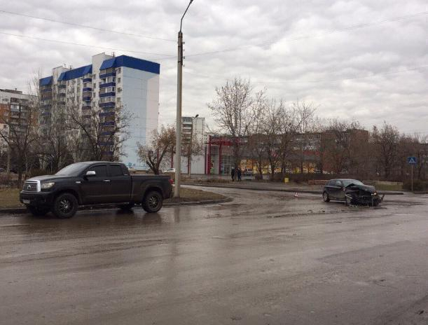 Утренняя авария с «БМВ» и «Нивой» в Волжском попала на видеокамеры
