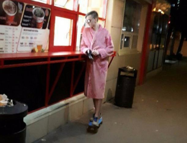 «Мамкин модник» в розовом халате и на скейте спалился в Волжском