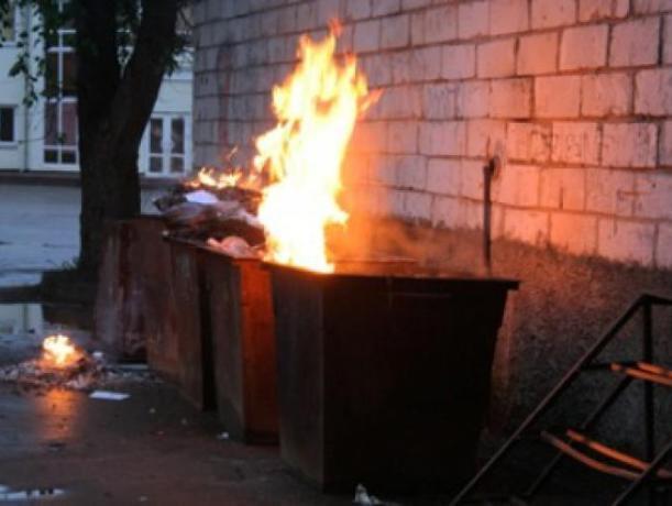 Пожарные тушили мусорный контейнер в Волжском