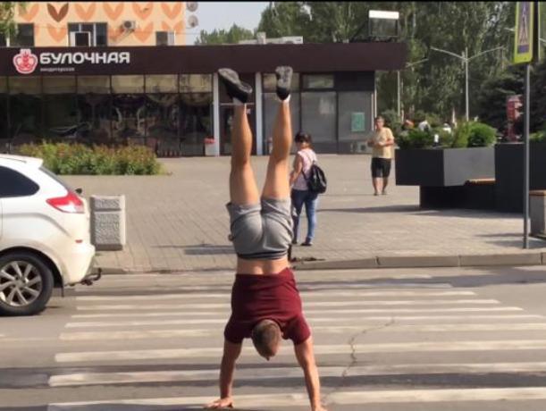 Необычное преодоление пешеходного перехода зафиксировали жители города