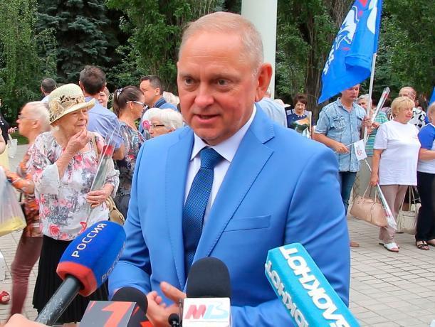 С торжественного митинга первостроителей начался День города Волжского