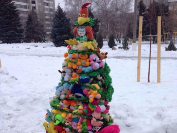 В парке «Волжский» елки из мягких игрушек, яичных коробок и вуали поразили горожан