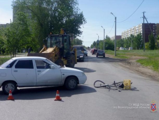 В Волжском велосипедист попал под колеса ВАЗа, водитель которого не захотел уступить дорогу