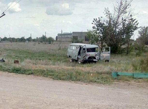 Автомобиль скорой помощи опрокинулся на встречной обочине под Волжским