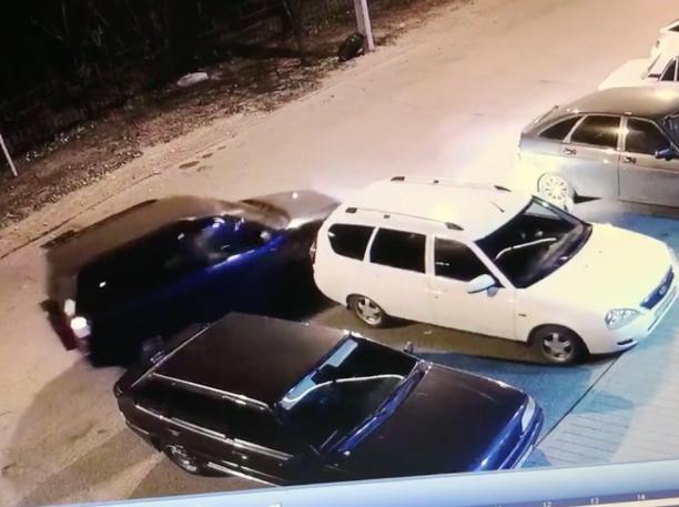 Не надо так: автоледи помяла припаркованный автомобиль в Волжском
