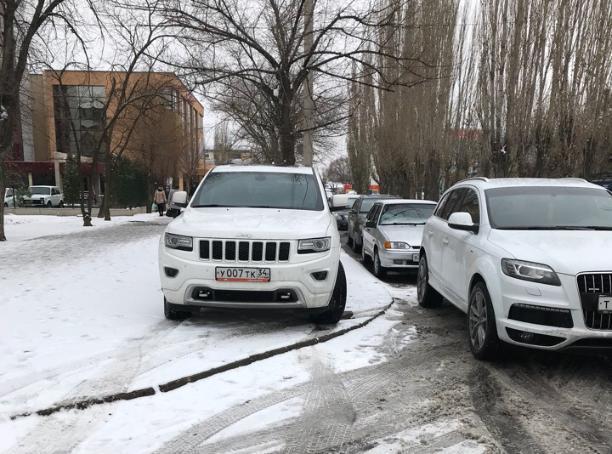 Владелец крутого внедорожника наплевал на пешеходов в Волжском