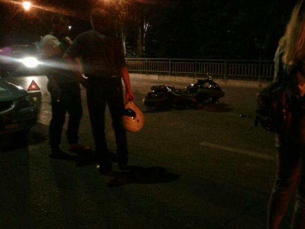 Неопытный автомобилист «подрезал» мотоциклиста и кинулся драться