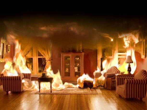 Под Волжским огонь охватил частный дом