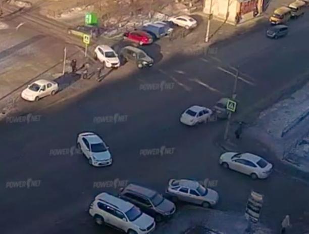 В Волжском нарушитель на скорости влетел в авто
